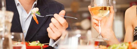 Coloca a los invitados en su posición en la mesa con unos marcasitios con sus nombres. No olvides elegir para los marcasitios el mismo diseño que para las tarjetas del menú.